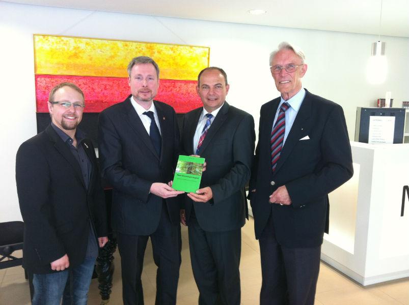 Gruppenbild zur Vorstellung des FamilienGeschichtlichen Manifests am 22.05.2014 in Gotha: Christian Kirchner, Dirk Weissleder, Knut Kreuch, Dirk v. Hahn