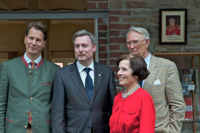 Gruppenbild mit Dame (v.l.n.r.): Prinz Heinrich Ico Reuss XXVIII., Dirk Weissleder sowie das Ehepaar Ada und Dirk v. Hahn