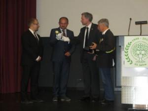 Übergabe der DAGV-Staffel an Christian Kirchner (Vorsitzender AGT) und Knut Kreuch, Oberbürgermeister der Stadt Gotha